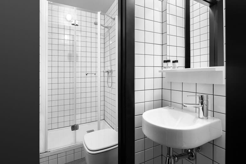 Mamparas de ducha con perfilería blanca Profiltek en TSH Campus Barcelona