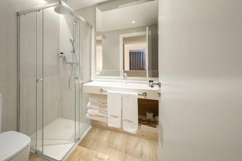 Mamparas para ducha serie Wind de Profiltek en Hotel Petit Palace de Barcelona