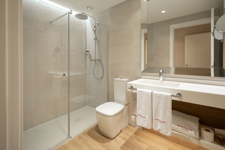 Mamparas y fijos para ducha serie Arcoiris Plus de Profiltek en Hotel Petit Palace de Barcelona