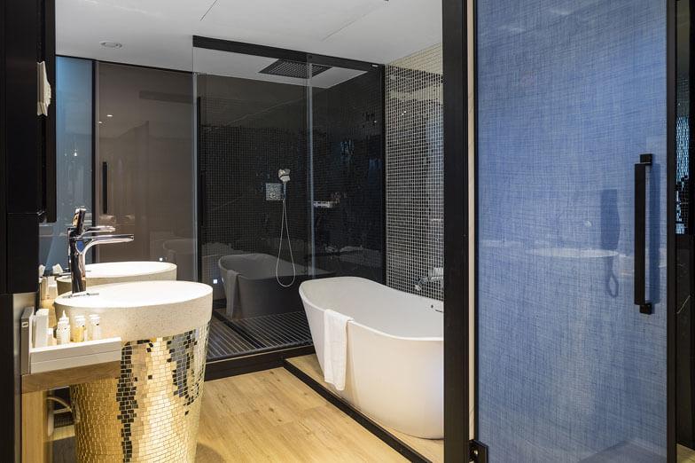 Mamparas para ducha y bañera serie Vita de PROFILTEK en Hotel Barceló Imagine